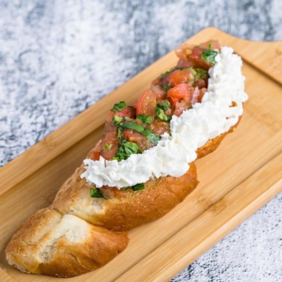 Брускетта со сливочным сыром и томатами конкассе