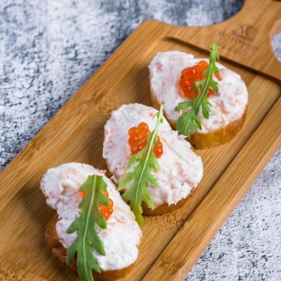 Кростини с лососем и сливочным сыром
